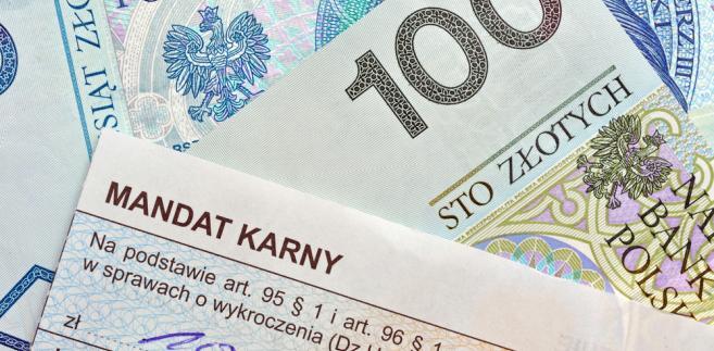 """MANDAT – OD DZIŚ nowe kwoty – 800 zł za parkowanie na """"kopercie"""", 100 zł za brak odblasków"""