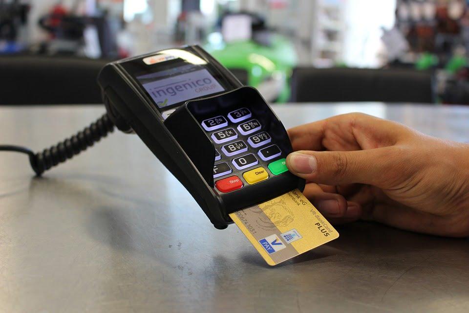 Płatność kartą w świetle VAT – kiedy powstaje obowiązek podatkowy