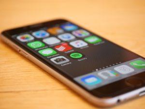 Płatności przez aplikacje mobilne: MF mówi tak fakturom w smortfonach